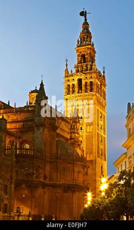 La Tour Giralda, au crépuscule, Séville, Espagne Banque D'Images