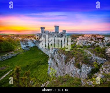 Magnifique coucher de soleil sur le château de Ogrodzieniec, Pologne. Banque D'Images