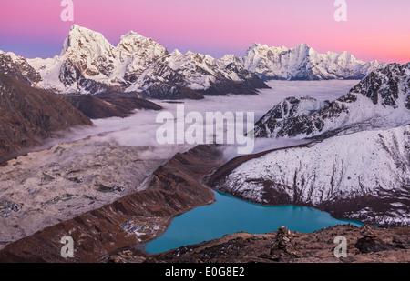 Magic Mountain Lake. La vue de Gokyo Ri (5357 m) au coucher du soleil dans les Himalaya. Banque D'Images