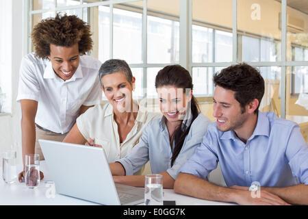 Groupe de gens d'affaires looking at laptop Banque D'Images