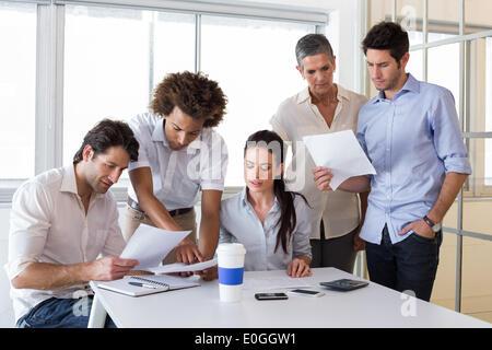 Des affaires attrayant personnes travaillant dans le bureau
