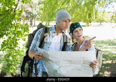 Couple actif sur une randonnée consultation du site Banque D'Images