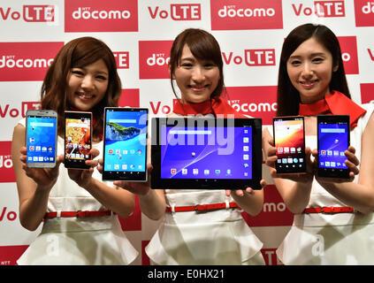 Tokyo, Japon. 14 mai, 2014. Les modèles montrent NTT Docomo's collection Eté 2014 appareils mobiles au cours d'un Banque D'Images