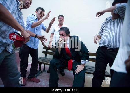 Tegucigalpa, Honduras. 13 mai, 2014. L'ex-Président du Honduras Manuel Zelaya (C) porte sur sa face de gaz lacrymogènes, après avoir été évacuée avec ses partisans du Congrès national, à Tegucigalpa, Honduras, le 13 mai 2014. Partisans et des députés du Parti de la refondation et de la Liberté (Libre, pour son sigle en espagnol), la seconde force politique au Honduras, a éclaté dans le Congrès national le mardi, après des affrontements avec des éléments de la police qui gardait le Palais législatif. Credit: Rafael Ochoa/Xinhua/Alamy Live News