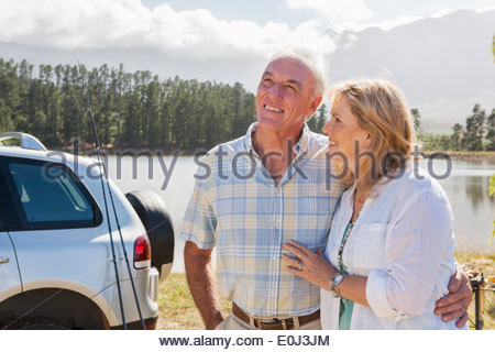 Senior Couple Enjoying Barbeque By Lake Banque D'Images