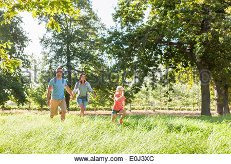 Family Enjoying Walk In Beautiful Countryside Banque D'Images