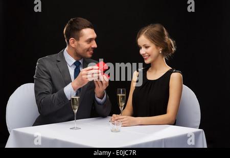 Heureux woman copain avec fort Banque D'Images