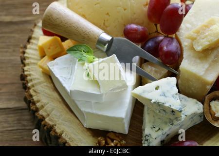 Avec un assortiment de fromages fromages (brie, bleu, parmesan, cheddar)