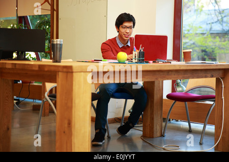 Young Asian man using laptop Banque D'Images