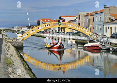 Beira Litoral, Portugal, Aveiro, canal, Canal de Sao Roque, pont, Ponte de Carcavelos, Moliceiro traditionnel, bateau Banque D'Images