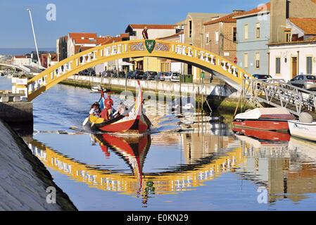 Beira Litoral, Portugal, Aveiro, canal, Canal de Sao Roque, pont, bateau, seegrass Moliceiro traditionnel des bateaux, Banque D'Images
