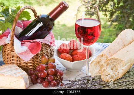 Pique-nique romantique avec du vin, du pain et du fromage Banque D'Images