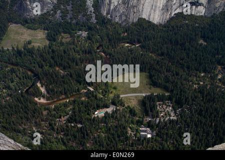 La Vallée Yosemite marbre 3200ft ci-dessous prises à partir de Glacier Point Banque D'Images