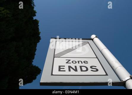 Panneau routier indiquant la fin de la zone de stationnement contrôlé