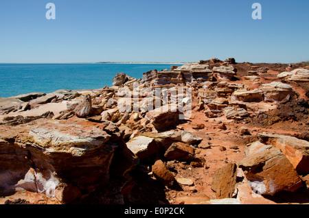 L'Australie, Australie occidentale, Broome. Gantheaume Point. Vue sur l'Océan indien de la rocky falaises rouges. Banque D'Images