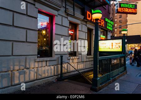 New York, NY - 17 mai 2014 à l'extérieur de l'entrée du Métro Waverly Diner à Greenwich Village ©Stacy Walsh Rosenstock/Alamy
