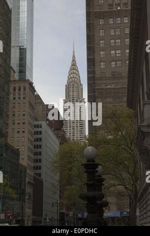 Jusqu'à l'Est et le long de la 42e Rue à partir d'une entrée de la NY Public Library. Chrysler Building à l'arrière Banque D'Images