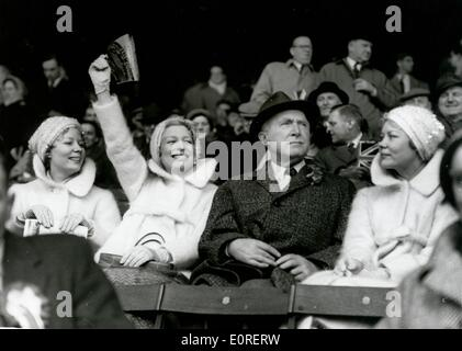 Le Beverley Sisters acclamant Joy's mari Billy à un match de football