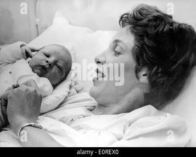 Marianne Strauss tenant son fils nouveau-né Max Josef Banque D'Images