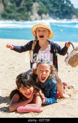 Close up portrait of cute trio rendant la pile sur la plage. Banque D'Images