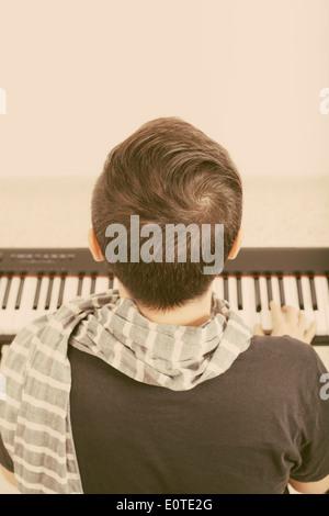 Vue arrière d'un homme jouant du piano.