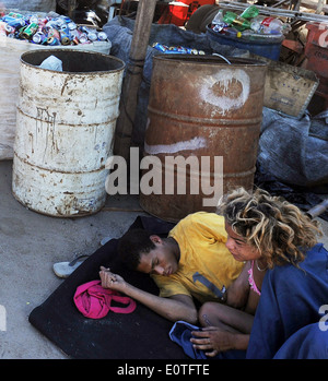 Rio de Janeiro, Brésil, janvier 2014 une couple de crack aldebert se trouve dans un dépôt d'ordures au Juramento Banque D'Images