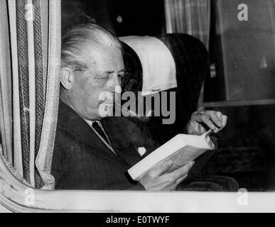 Harold Macmillan se lit sur le train de King's Cross Banque D'Images