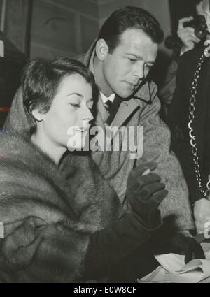 Jan 06, 1962 - Rome, Italie - RENATO SALVATORI et ANNIE GIRARDOR signer leur licence de mariage à la mairie..Â