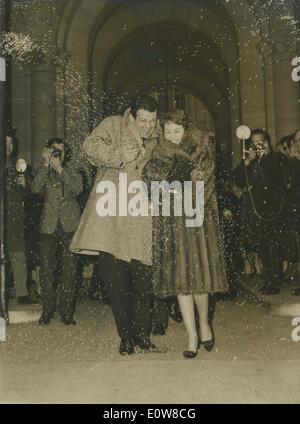 Jan 06, 1962 - Rome, Italie - RENATO SALVATORI et sa nouvelle épouse Annie Girardot laisser de ville tandis que le riz blanc sont jetée en l'air.