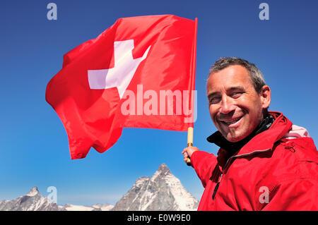 Les touristes détenteurs d'un drapeau suisse sur le Mont Cervin, 4478 m, Klein Matterhorn, Zermatt, Valais, Suisse Banque D'Images
