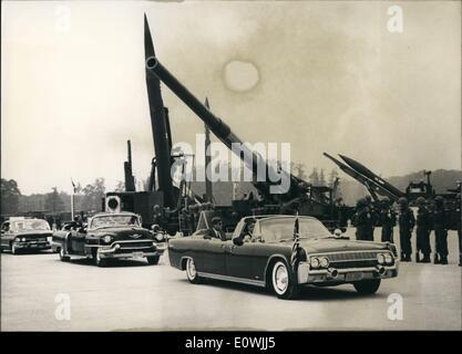 Juin 06, 1963 - Président américain John F. Kennedy est montré la visite de la ville de Hanau pour voir un spectacle Banque D'Images