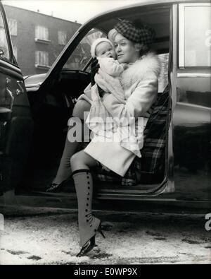 2162dfb3197ab Une jeune mère et bébé fille en robe de baptême · 01 janvier 1964 - et les  soufflets sont allés trop ! ! Garder les jambes au