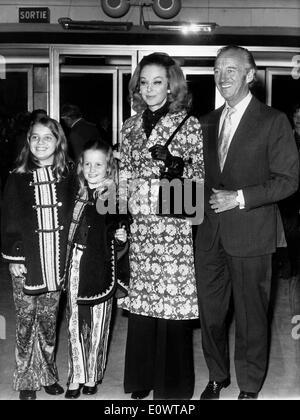 L'acteur David Niven avec sa famille à un film premiere Banque D'Images