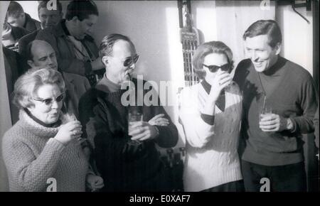 01 janvier 1966 - Vacances à la neige... fait à l'heure actuelle, la famille royale néerlandais. Après la princesse Banque D'Images