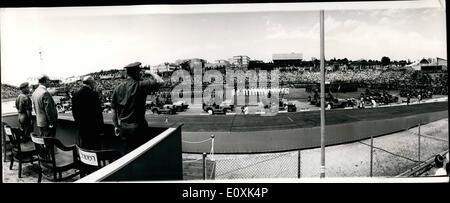 05 mai 1967 - Défilé de jour de l'indépendance d'Israël. photo montre le premier ministre Levi Eshkol (à gauche), Banque D'Images