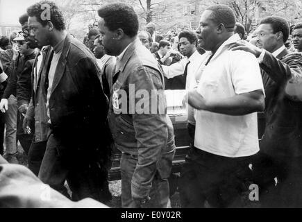09 avril, 1968 - Atlanta, Géorgie, États-Unis - Coretta Scott King (Avril 27, 1927 - janvier 30, 2006) était l'épouse de l'activiste des droits civils tué Martin Luther King Jr., et un leader communautaire dans son propre droit. Elle est décédée le 30 janvier 2006 à l'âge de 78 ans dans son sommeil à un centre de réadaptation où elle était en thérapie holistique pour sa course. Son corps sera retourné à Atlanta et enterré à côté de son mari au centre King. Funérailles de MARTIN LUTHER KING. Rev, Jesse Jackson en photo côté droit de cercueil.