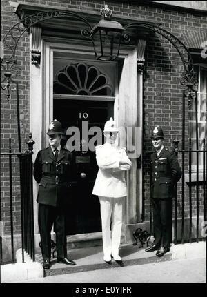 Juillet 07, 1970 - La danse yougoslave policier à Londres.: Dans le cadre de la British European Airways ''Fly'' Banque D'Images