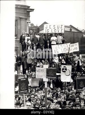 Septembre 25, 1971 - Fête des Lumières rassemblement à Trafalgar Square: des milliers de personnes se sont rassemblées à Trafalgar Square aujourd'hui pour la Fête des Lumières Rally, où une demande de réforme des lois sur la censure et la protestation contre la pollution morale a été faite. La photo montre la bannière portant les jeunes utiliser la fontaine à Trafalgar Square comme un point d'observation durant le rallye aujourd'hui.