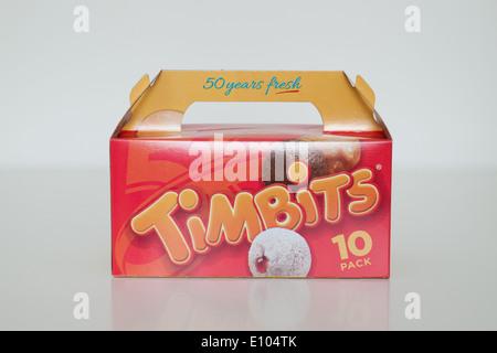 Une boîte de beignes Timbits (trous, trous de beignes de Tim Hortons. Le Canada. Banque D'Images