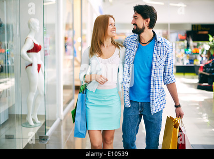 Portrait of young couple shopping dans le centre commercial Banque D'Images