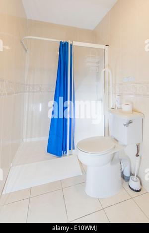 Une mobilité Accès fauteuil roulant des toilettes et une douche dans un hôtel UK
