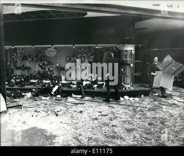 Le 12 décembre 1974 - Suite de l'explosion. Oxford street: de nombreux magasins ont subi des dommages au serveur Banque D'Images