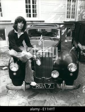 Avril 04, 1978 - Avec l'Union Jack de haut vol, Chris Jagger est assis sur le capot de sa voiture o à l'extérieur Banque D'Images