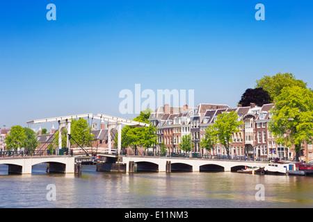 """Le Magere Brug (pont """"Magere Brug"""") à Amsterdam sur la rivière Amstel sur une belle journée ensoleillée Banque D'Images"""