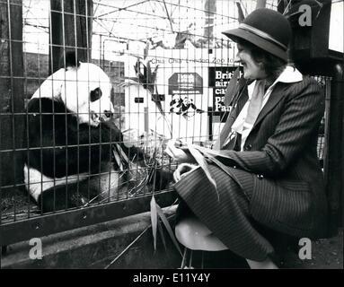 Mar. 03, 1981 - Chia Chia London's Giant Panda répond à son hôtesse de l'air, avant de s'envoler vers l'Amérique: Banque D'Images