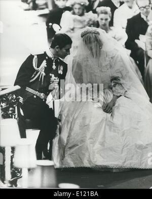 Juillet 07, 1981 - Le mariage royal: le Prince Charles et Lady Diana ont un chat lors de la cérémonie à la Cathédrale Banque D'Images
