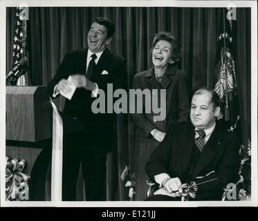 11 novembre 1981 - Président et Mme Ronald W. Reagan profitez d'un rire comme ils ont aidé à consacrer l'ouverture Banque D'Images