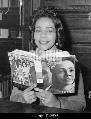 """Jan 31, 2006; Atlanta, GA, USA; (Photo: 1969 ) Coretta Scott King (27 avril 1927 - 30 janvier 2006) était l'épouse de l'activiste des droits civils tué Martin Luther King Jr., et un leader communautaire dans son propre droit. Elle est décédée le 30 janvier 2006 à l'âge de 78 ans dans son sommeil à un centre de réadaptation où elle était en thérapie holistique pour sa course. Son corps sera retourné à Atlanta et enterré à côté de son mari au centre King. PHOTO: Au lancement de son livre 'Ma vie avec Martin Luther King"""". (Crédit Image: KEYSTONE/ZUMAPRESS.com) Photos USA"""