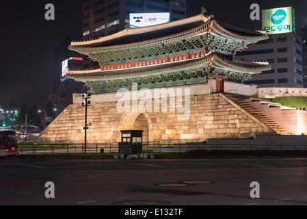 Porte Dongdaemun de Séoul, Corée du Sud, de nuit avec des bâtiments modernes à l'arrière-plan Banque D'Images