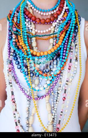 Jeune femme portant des colliers de perles colorées et Banque D'Images